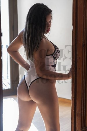 Oumayra female escort girl in Highland Park MI
